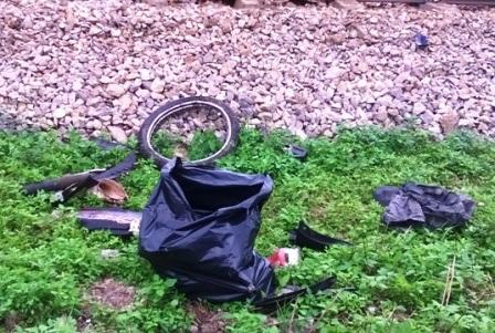 Chiếc xe máy của nạn nhân bị nát bét.
