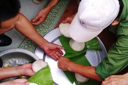 Người dân cùng nhau làm bánh giầy trong ăn tết lại.