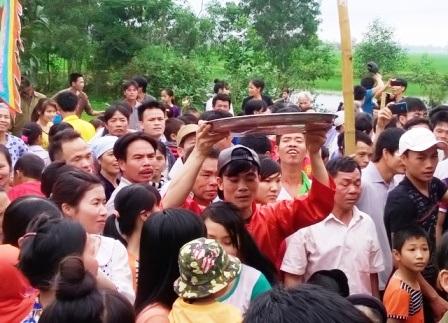 Hàng trăm người dân đứng chen chúc nhau khi dâng lễ lên để cúng tế.