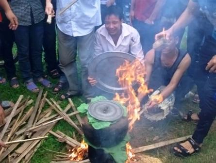 Sau các phần lễ, người dân làng Thiều nô nức tham gia các trò chơi dân gian để vui tết.