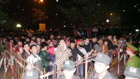 Những người dân đứng cầu nguyện từ phía ngoài.