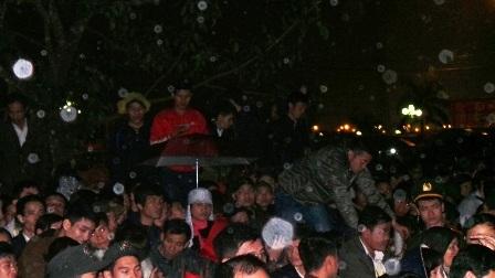 Cảnh tượng thường thấy tại lễ khai ấn Đền Trần.