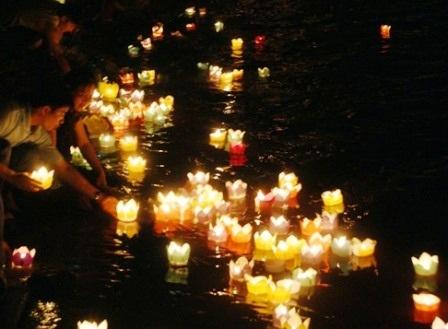 Dòng sông Mã nơi các liệt sỹ đã hi sinh được thắp sáng bởi 1.000 ngọn đèn hoa đăng.