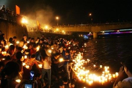 Hàng trăm người cùng nhau chen chân thả hoa đăng cầu siêu cho các liệt sỹ.