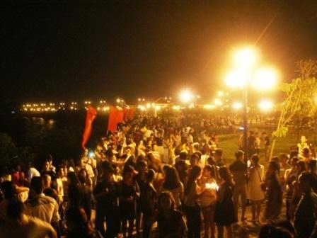 Người dân và du khách đổ về dự lễ cầu siêu chật kín công viên bên bờ nam sông Mã.