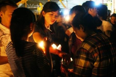 Sau lễ cầu siêu, mọi người cùng nhau thắp đèn hoa đăng để thả xuống sông Mã.