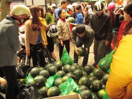 Khi xe chở dưa vừa đến điểm tập kết, nhiều người đã tập trung đợi mua dưa.