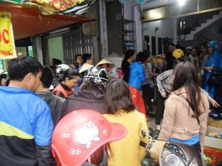 Hàng trăm người chen chúc mua dưa hấu ủng hộ nông dân Quảng Nam.