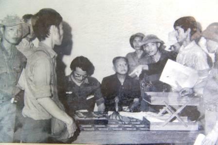 Dương Văn Minh (ngồi bên phải) đọc tuyên bố đầu hàng trưa ngày 30/4/1975.
