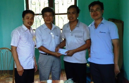 Cán bộ giám sát thi trường ĐH Dược Hà Nội  góp tiền hỗ trợ học sinh nghèo