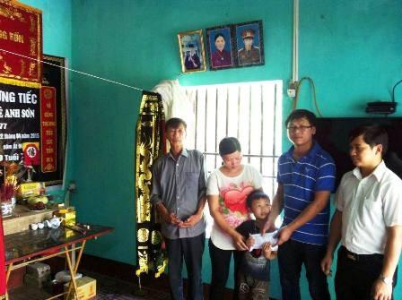 Đại diện cho những người làm báo Miền trung trao món quà đến gia đình PV Anh Sơn.