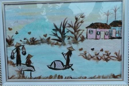 Cảnh vật làng quê được tái hiện qua những chất liệu lông gà...