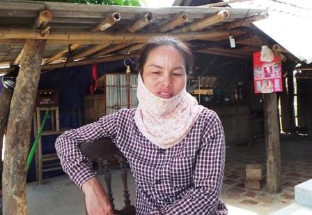 Chị Nguyễn Thị Thắm tỏ ra bất lực trước việc gia đình bị lấn chiếm đất.