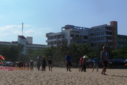 Người dân bải hoải tìm cách trốn nắng nóng 40 độ C