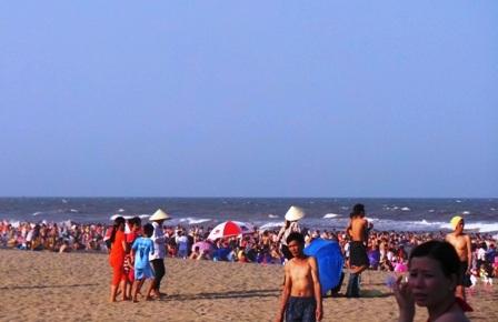 Dù trời còn nắng gay gắt, bãi biển đã đông nghịt người.