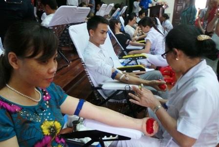 """Ngày hội hiến máu với ý nghĩa: """"mình vì mọi người"""" và """"Mỗi giọt máu - Một tấm lòng""""."""