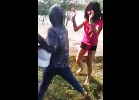 Nạn nhân liên tục hứng chịu những trận đòn bằng mũ bảo hiểm.