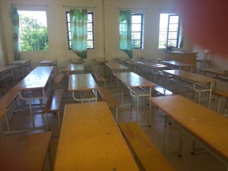 Phòng thi đã được dọn vệ sinh, sắp xếp bàn ghế đầy đủ.