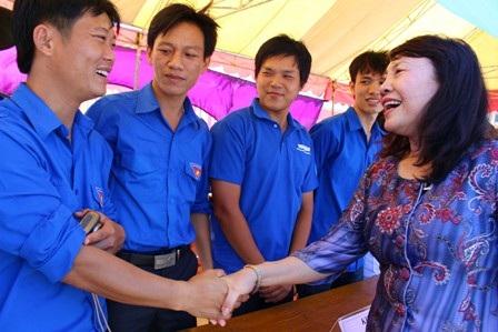 Thứ trưởng thăm thanh niên tình nguyện.