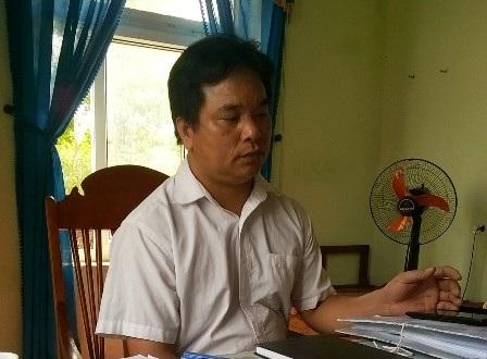 Ông Lê Văn Luân - Kế toán ngân sách xã Xuân Bình trao đổi với phóng viên.