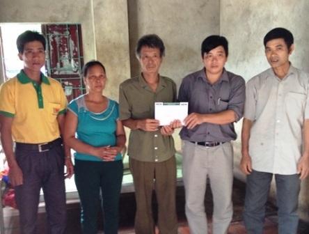 Đại diện lãnh đạo chính quyền xã Hà Lâm trao quà bạn đọc tới gia đình ông Ngân.