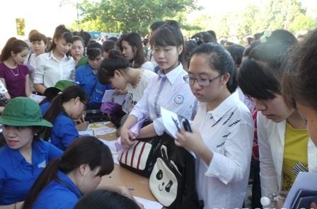 Lực lượng tình nguyện giúp thí sinh gửi đồ dùng cá nhân (Ảnh: Duy Tuyên)