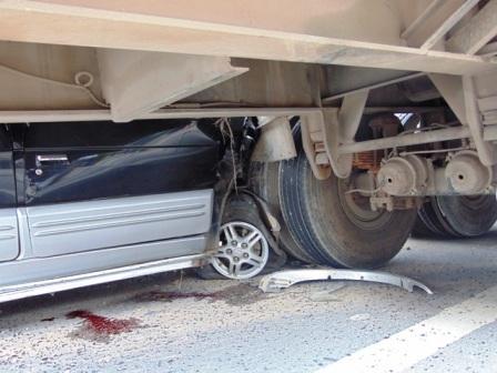 Chiếc xe tông thẳng vào đuôi rơ moóc.