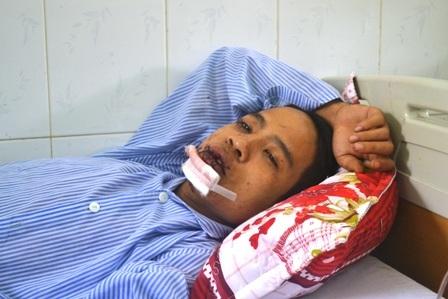 Anh Lê Văn Tuấn bị thương ở mặt, đang được điều trị tại bệnh viện.