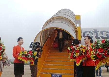 Những hành khách đầu tiên xuống sân bay.