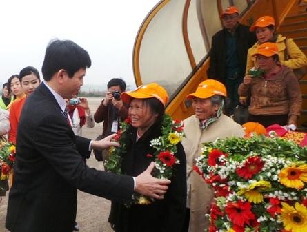 Phó chủ tịch UBND tỉnh Thanh Hóa, ông Nguyễn Anh Tuấn tặng hoa chúc mừng hành khách.