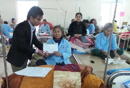 PV Dân trí trao quà bạn đọc đến bà Thiều Thị Lựa.
