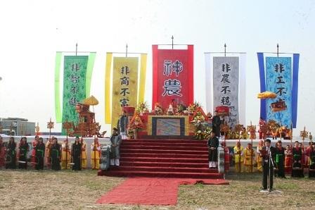 Sân khấu chính được in các chữ Thần nông nổi bật chính giữa lễ đài.