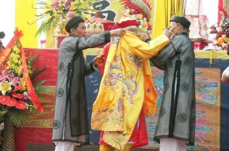 Sau khi khấn cáo vị cao niên này sẽ mặc Hoàng bào đóng vai vua Lê Đại Hành.