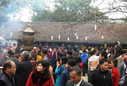 Du khách về Đền Trần khai hội năm 2014.