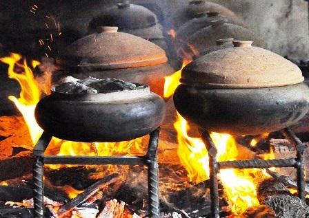 Những ngày cuối năm, bếp các gia đình trong xã Nhân Hậu đều đỏ lửa nấu cá.