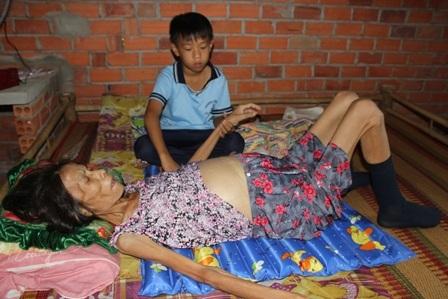 Mẹ chết bé Trung Tính giờ mồ côi không nơi nương tựa