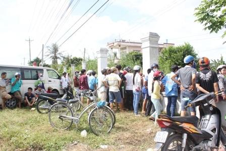 Rất đông người dân đến xem hiện trường vụ việc