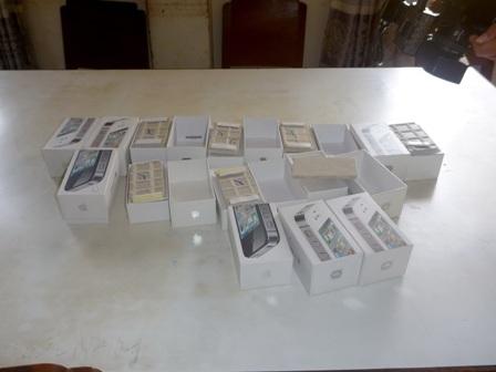 Những hộp điện thoại bên trong toàn gạch lát nền