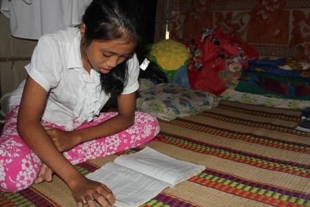 Ở nhờ nhà người quen chật chội nên giường ngủ cũng là nơi học của bé Ánh Minh.