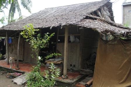 Căn nhà lá của gia đình ông Thưởng trước khi xây dựng