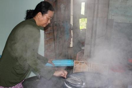 Hầu hết các công đoạn đều làm thủ công nên đảm bảo hương vị truyền thống của bánh tráng Cù Lao Mây