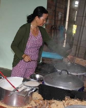Công đoạn tráng bánh tráng đòi hỏi khéo tay nên phù hợp với lao động nữ