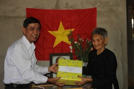 Ông Huỳnh Văn Công, Chủ tịch Hội Chữ thập đỏ tỉnh Bến Tre tặng quà mừng gia đình có nhà mới