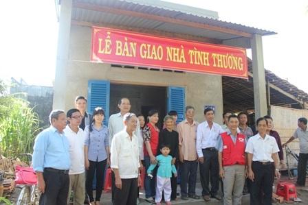 Chính quyền địa phương và gia đình vui mừng bên căn nhà mới