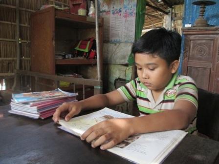 Nhà nghèo, cha mẹ đều mang trọng bệnh nhưng bé Trực vẫn cố gắng học hành