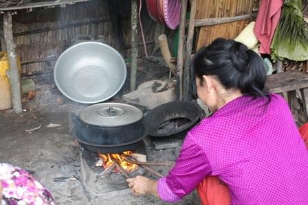 Sức khỏe yếu nhưng bà Hằng cũng ráng lo cơm nước cho gia đình