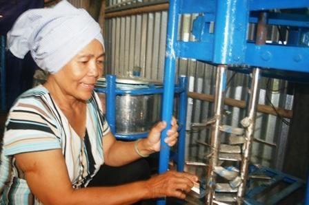 Cơ sở của bà Cúc được hỗ trợ máy móc để sản xuất bột bần