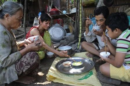 Bữa cơm của gia đình ông Cương với món duy nhất mướp đắng luộc chấm nước mắm