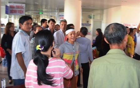 Người nhà kéo đến bệnh viện yêu cầu làm rõ cái chết của anh Sang