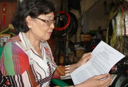 Suốt nhiều năm liền bà Bé vác đơn đi đòi quyền sử dụng đất nhưng vẫn chưa được giải quyết.